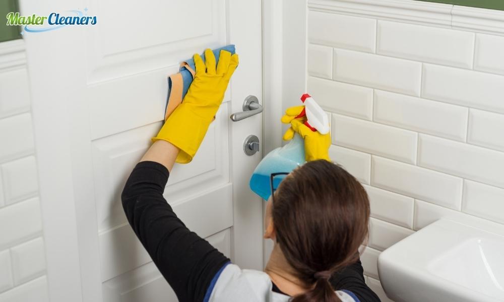 Does vinegar clean bathrooms good?